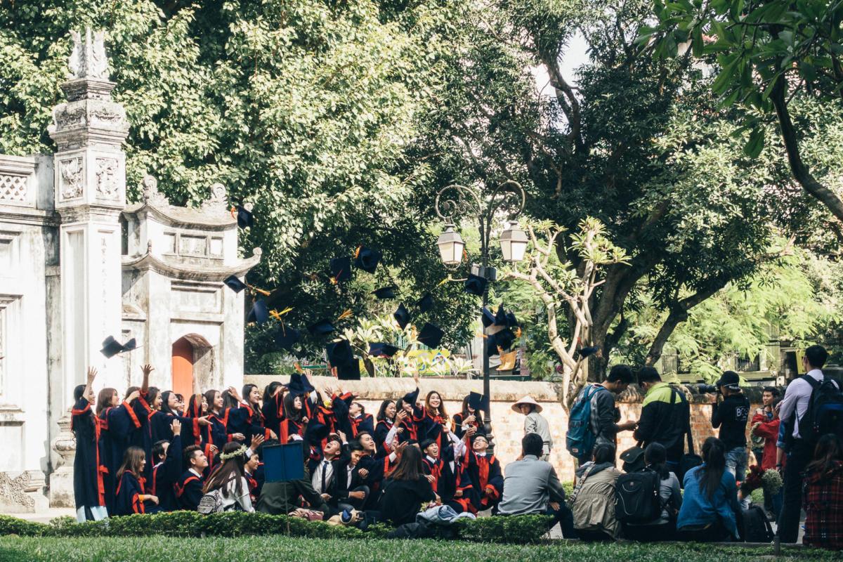 Absolventen vor dem Literaturtempel