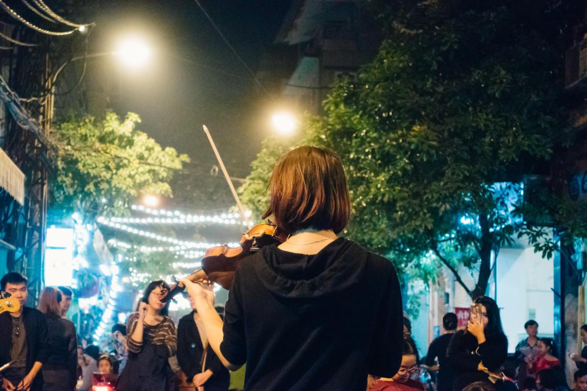 Straßenmusikerin Hanoi