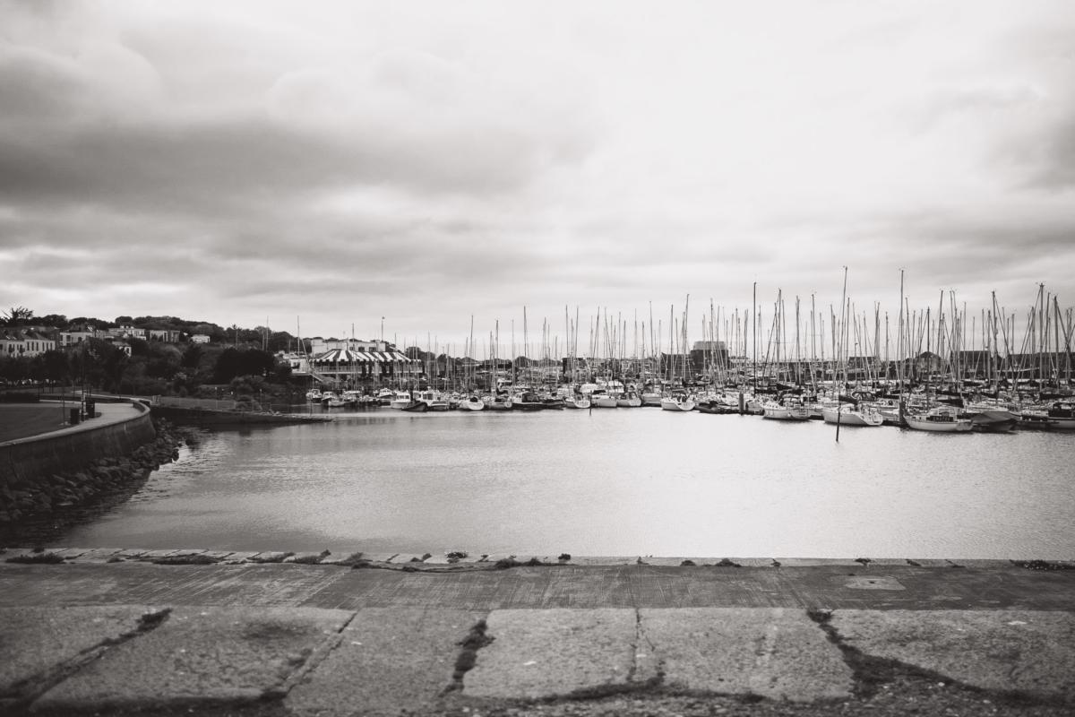 Segelhafen von Howth am Abend in schwarzweiß