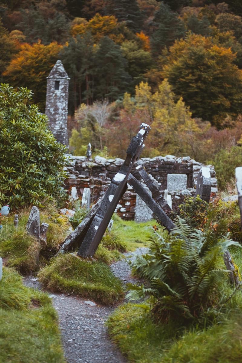 umgestürzte Grabsteine in Glendalough Klosteranlage im Herbst